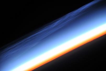 Fota ze stacji ISS 429/404 km nad ziemią, horyzont prosty jak stół.