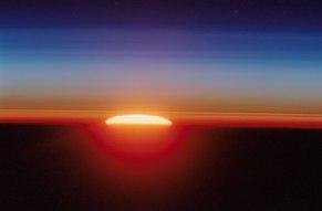 Horyzont z ISS 429/404 km nad ziemią, misja STS 111, czerwiec 2002, prom Endeavour, fota członka załogi