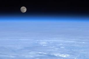 img_pod_moon-earth-space-pod-1903