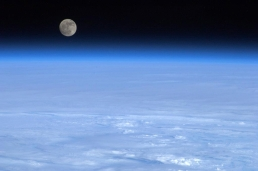 img_pod_moon-earth-space-pod-1903