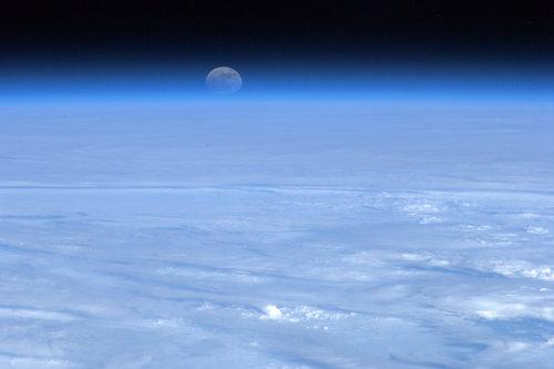 la lune au dessus d'une mer de nuage prise par Hadfield depuis l'espace
