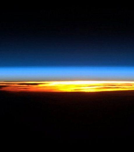 la-terre-vue-de-l-espace-lever-de-soleil-poste-le-13-fevrier_57749_w460