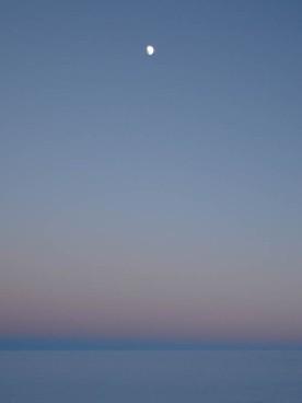 Księżyc oświetlony od góry a słońca nie widać
