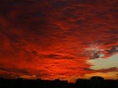 Słonca nie widać a oświetlenie chmur od dołu nadal widać.