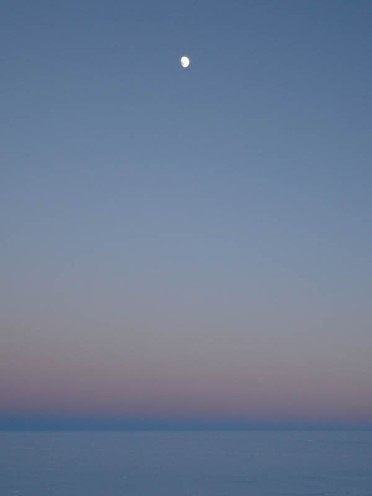 Przy wielkosci slonca 109 srednic ziemi , to słonce by bylo widoczne przy takim oswietleniu księżyca, ale tak nie jest , a dlaczego?, bo slonce ma około 300 km srednicy tak samo jak księżyc i zyjemy w srodku ziemi