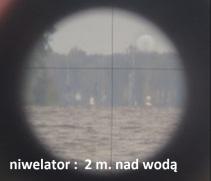 Właśnie: niwelator nad wodą 2 m ale jest na przybliżeniu, a co by pokazywał krzyż niwelacyjny przed przybliżeniem ? , zdjęcia przed przybliżeniem autor zdjecia nie zrobił , pytanie dlaczego. Mało tego nawet nie zrobiono rysunku w profilu tego zdjęcia, jak przebiega promień świetlny.